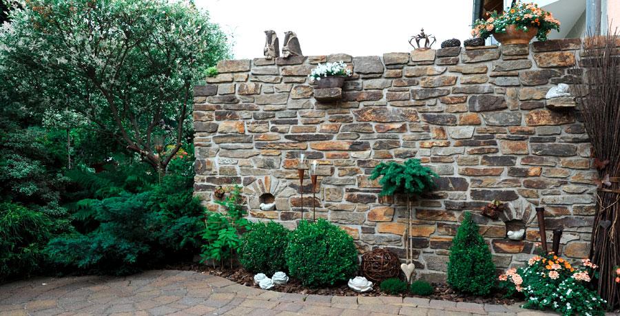 natursteinmauer als sichtschutzwand terrassenmauer. Black Bedroom Furniture Sets. Home Design Ideas