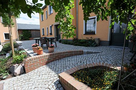 Granitblockstufen und Auffahrt