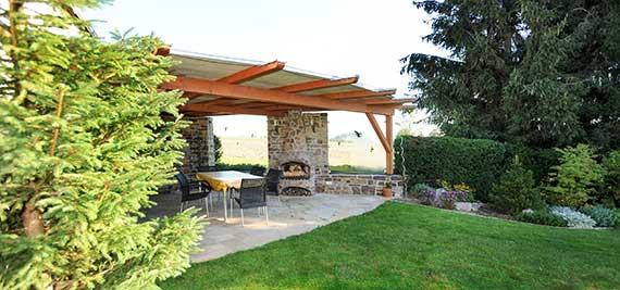 berdachte terrasse aus naturstein galabau thomas bemmann waldheim. Black Bedroom Furniture Sets. Home Design Ideas